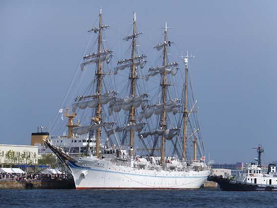 帆を畳み始めた「海王丸」