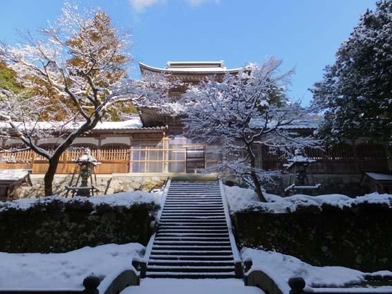 仏殿を山門から正面より