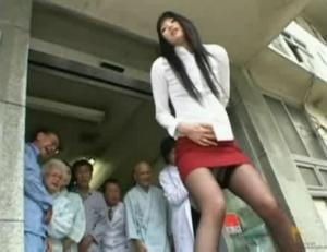 痴女の失禁無料ハメ撮り動画。 人前で失禁するのが快感の変態痴女!