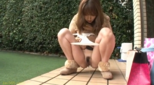 野外にて、素人女性の無料エロハメ撮り動画。 命令されて野外で○尿!