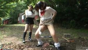 【M男動画!】 S女二人組がM男を埋めて踏みつけ、聖水ぶっかけるとんでもない現場・・・