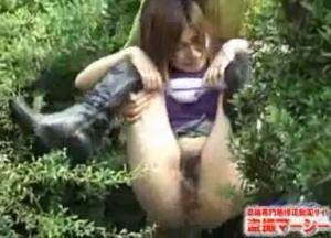 【野ション動画】 ○尿中の素人女子にこっそり近づき後ろから抱え上げるひどいイタズラ・・・