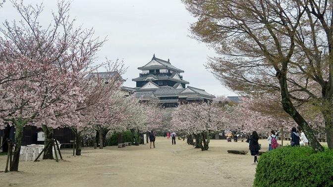松山城天守と本丸広場
