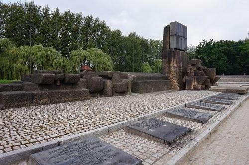 アウシュビッツ (40)ビルケナウ収容所・ファシズム犠牲者国際追悼碑