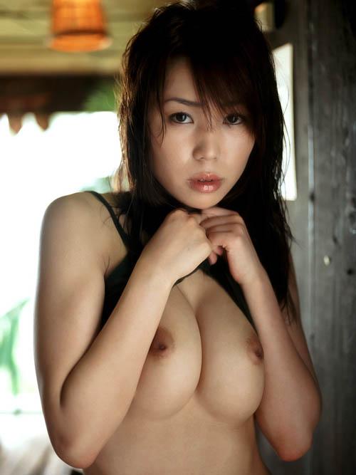 清純な女子大生が自慢の美巨乳おっぱいを惜しげもなくぷりんっと出しちゃってる