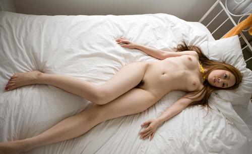 裸なのに美脚に目が行く綺麗なお姉さんの全裸画像