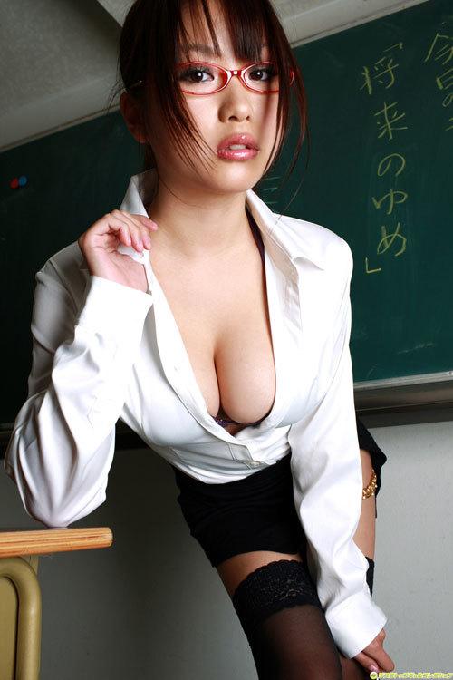 女教師がおっぱい丸出しで授業中8