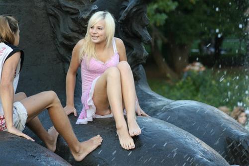【海外街撮りパンチラエロ画像】海外での街中でパンチラしている女子、エロ杉!