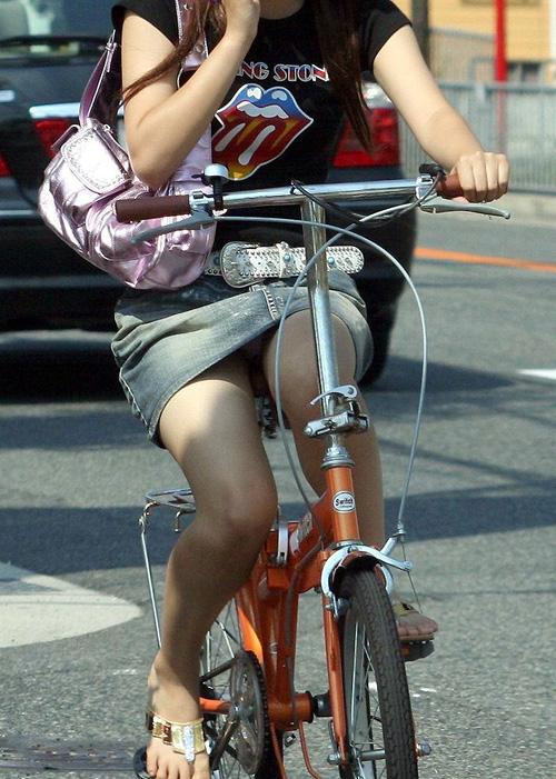 【自転車 エロ画像】チリンチリンと鳴ったら素人さんのサドルパンチラを期待しよう!
