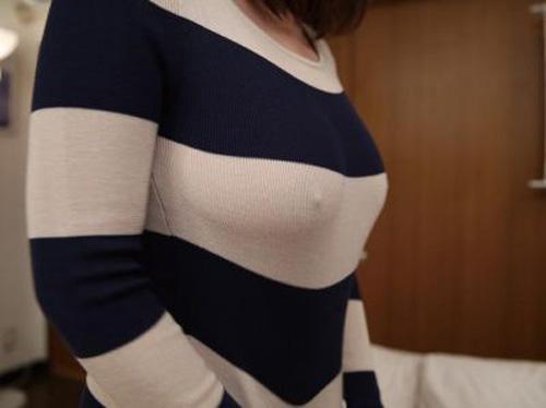 寒さでニットセータから乳首ポッチが見えてる~(゚∀゚)アヒャ
