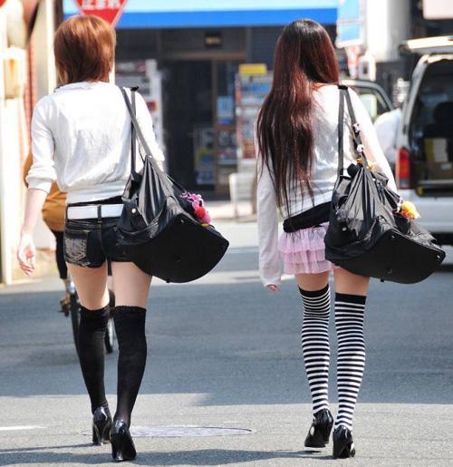 【美脚 エロ画像】春が恋しくなる素人さんの街撮り美脚画像まとめ!