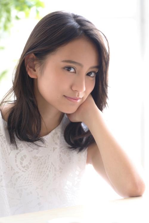 岡田結実 ハーフのような顔立ちで笑顔がとっても可愛いおっぱい画像