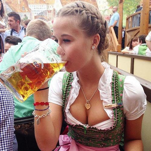 【ドイツ人エロ画像】ディアンドルとかいう巨乳専用のスケベ衣装www