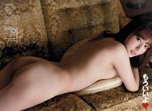 きれいな生尻をみせてくれてるwグラドルの尻出しヌード画像