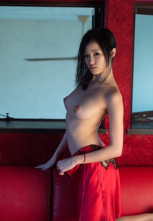 【おっぱい丸出し】上半身だけ裸になっちゃってる美女たちってクッソそそるんだがwww【画像30枚】