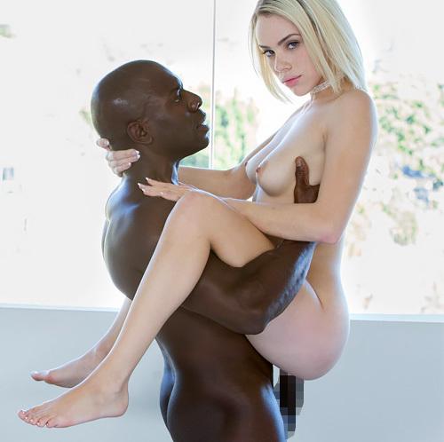 【海外エロ画像】黒人の黒光りするデカいのが、小柄な色白金髪美女のピンクの美マンに深々と刺さる・・・色んな体位でw