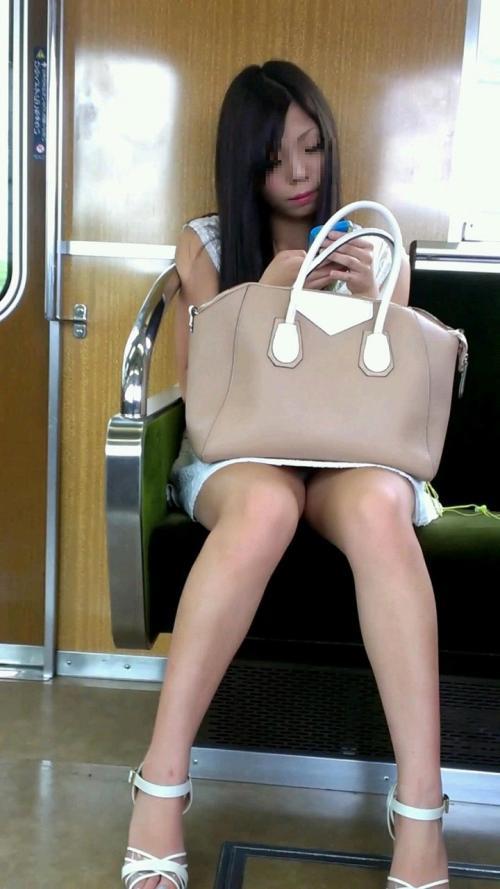 電車の中は油断大敵パンチラ★エロ画像50枚
