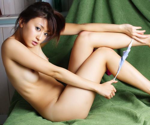 下着を脱ぎかけの可愛い女の子たちのエロ画像(;^ω^)・・・ふう