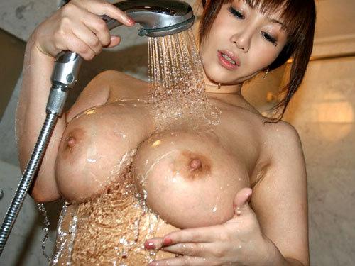シャワーの水で濡れ濡れおっぱい♪