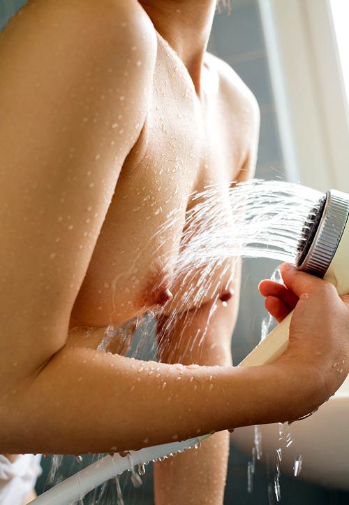 シャワーの水で濡れ濡れおっぱい13