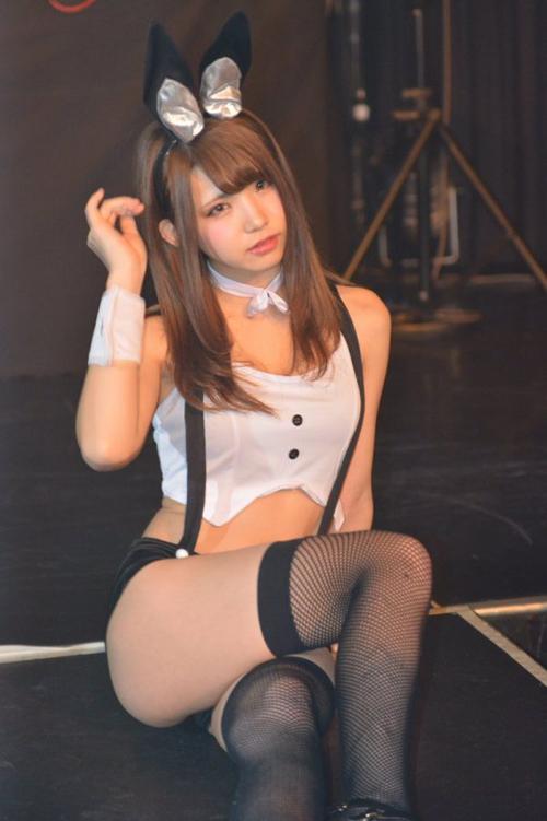 美少女コスプレイヤー「えなこ」 23歳の誕生日にイベントでコスしてた露出バニーがエロ可愛い件![動画あり]
