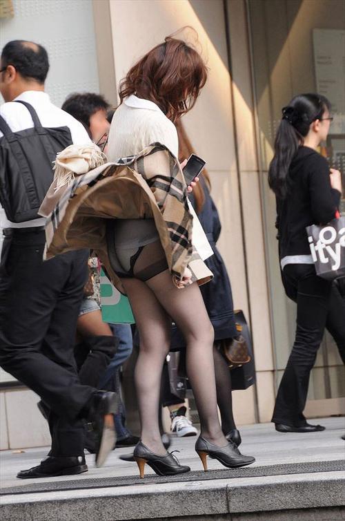 【パンチラ エロ画像】素人さんの股奥に光るパンツを街撮り!w