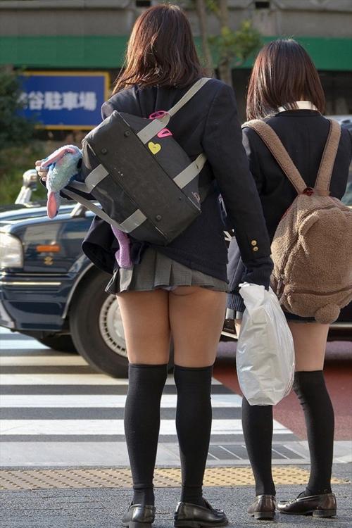 おいjkどもww見られたり撮られたりして騒ぎ立てる位ならそんな短いスカート履くなよwww【画像30枚】