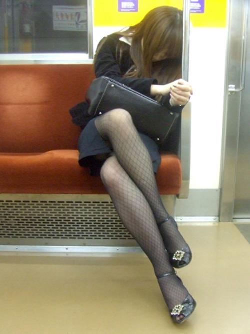 【電車 エロ画像】素人さんが電車で座ったら視線を上げようwww