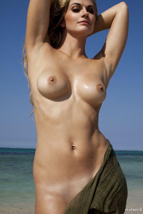 【お宝画像】ドイツの有名女優 Nina Bott がプ○イボーイ誌でムチムチエロボディの美熟女ヌードを披露www