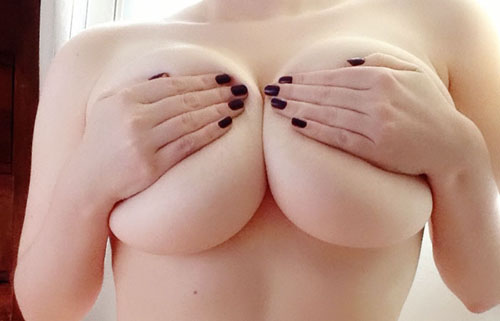 【自撮りエロ画像】次は外した1枚をお願い…出し惜しみ女神の手ブラ巨乳www