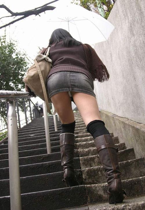 【ローアングル エロ画像】低めから撮影された素人さんのスカートの中身www