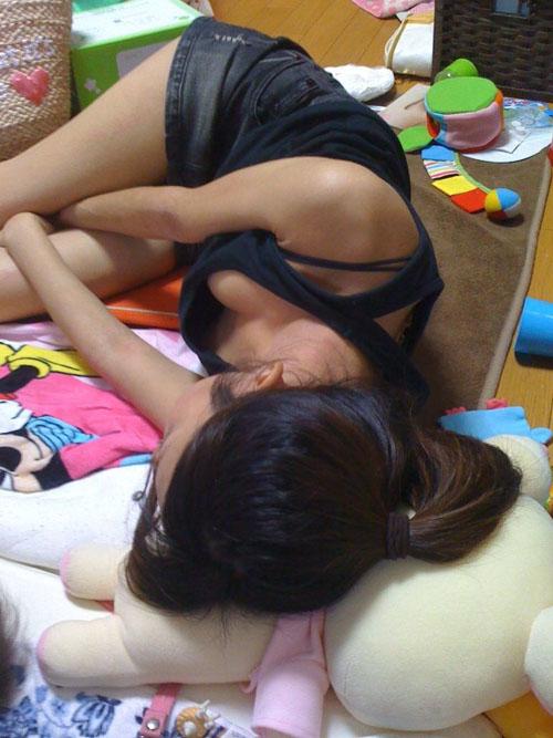 【家庭内 エロ画像】ウカウカ寝てもいられない家に住む素人さんwww