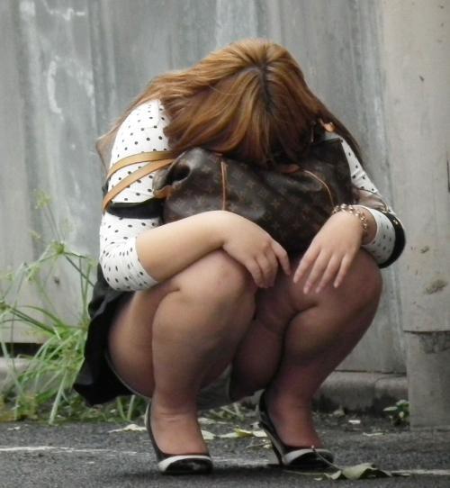 【素人】スカートなのに意識低すぎる女のしゃがみパンチラを遠慮なくパシャリっとwww【画像30枚】