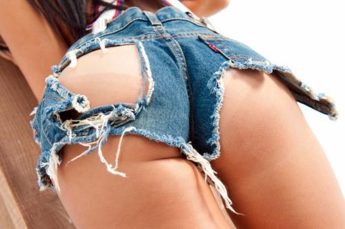 女が履いてるダメージデニムの破れた隙間から覗く生肌のエロさは異常wwwww【画像30枚】