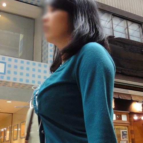 街で遭遇した服を着ているのにお乳のデカさが判る着衣美巨乳えろ写真