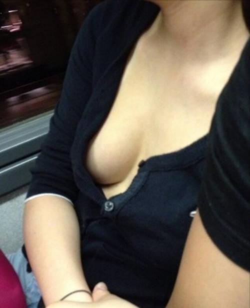 【素人盗撮】そろそろ春に近づき胸元がゆるーくなる胸チラの季節到来wwww