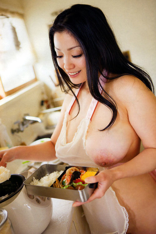 裸エプロンでおっぱい丸出し料理27