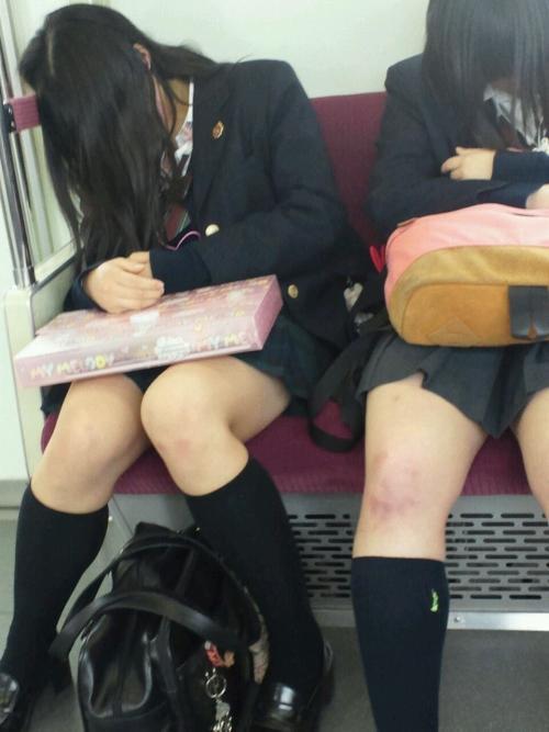 【生脚の誘惑】通勤電車内でjkの太ももに顔を埋めたくなる瞬間ってあるじゃんwww【画像30枚】