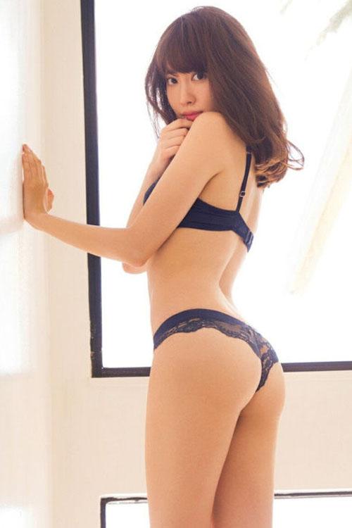 小嶋陽菜のラストグラビア!手ブラ、下着、水着と脱ぎまくってるなw(※エロ画像)