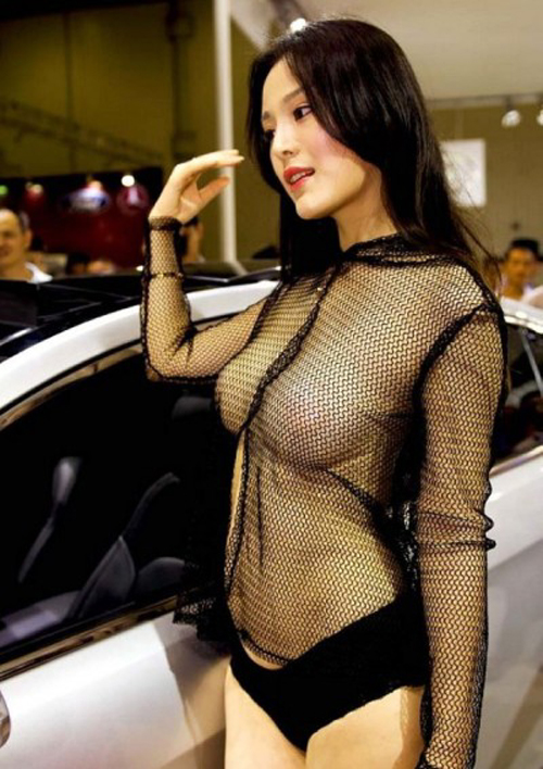 【これ逮捕だろ!?】キャンギャル衣装の過激化が止まらずおっぱいモロ出しの女性まで出現wwwww【動画あり】
