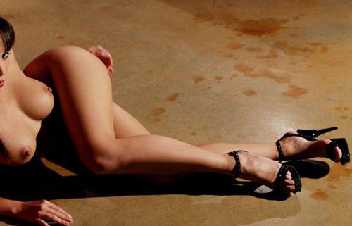 【裸体エロ画像】土足のラブホみたいな光景w靴だけ履いた全裸の美女www