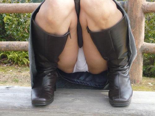 無防備にしゃがみパンチラしてる女のマン肉でふっくらした股間に釘づけwwww【画像30枚】