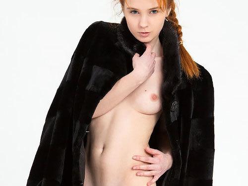【外人美少女ヌード画像と動画】赤毛の娘はキュートで、とっても肌が白い。なので、マ○コはもれなくキレイなピンク色!www