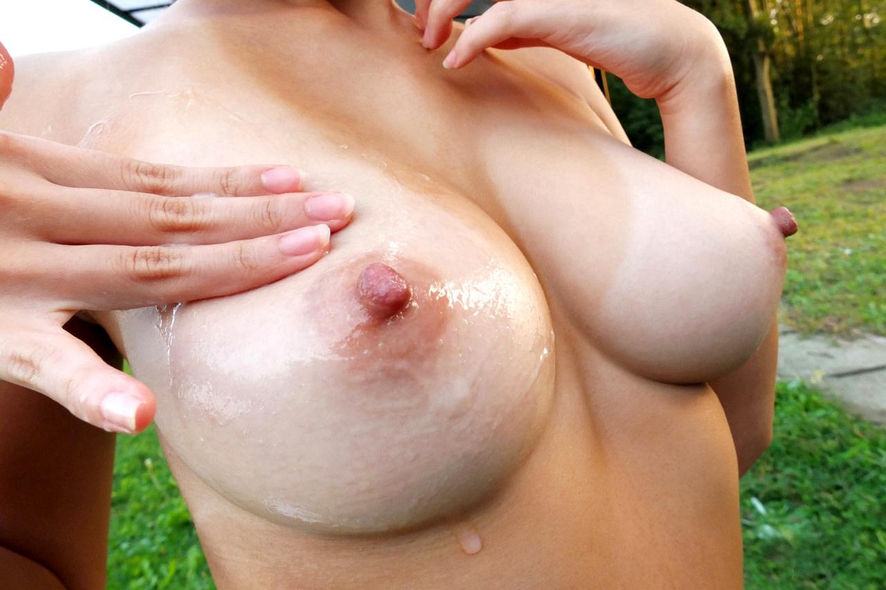 乳首を勃起させてる敏感なおっぱいにしゃぶりつきたくなっちゃうエロ画像