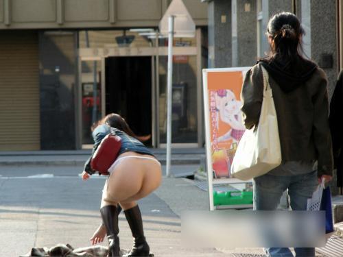 【丸出し】野外・街中でお尻やマンコまで出してる露出女がいます…wwwww【画像30枚】