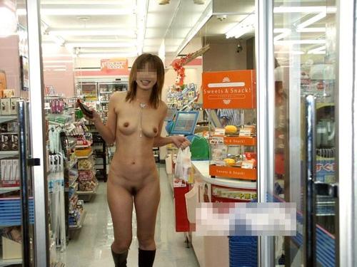 【コンビニ エロ画像】野外よりも危険度が高い店内露出に励む素人たちwww