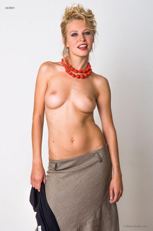 【外人美女ヌード画像】脱ぎかけのエロス!美形でカッコイイ金髪のお姉さんのファッショナブルなヌードグラビアw
