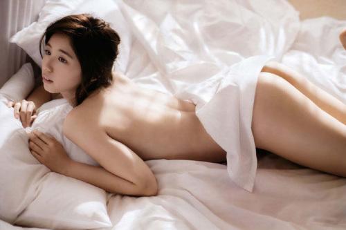 女優やグラドルが裸になってシーツにくるまっただけのセミヌード画像