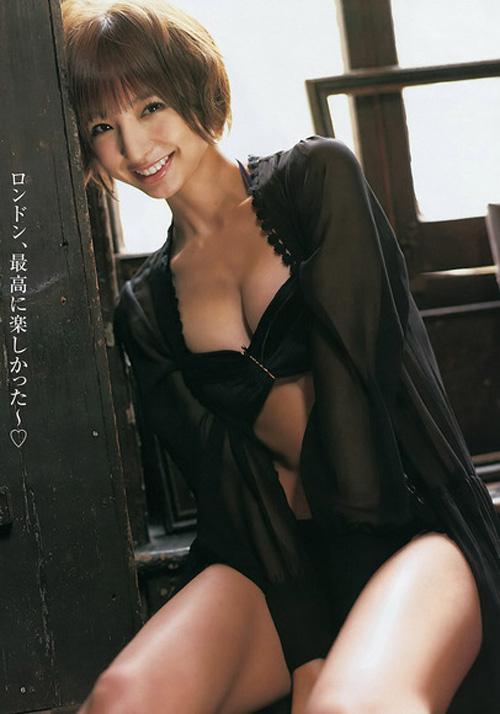 篠田麻里子 落ち着いた雰囲気になり、もうグラビアまた見せて欲しいおっぱい画像