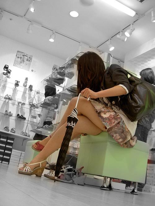 男どもが舐め回すように視姦しながら通り過ぎてく美脚なお姉さん盗撮画像wwwww